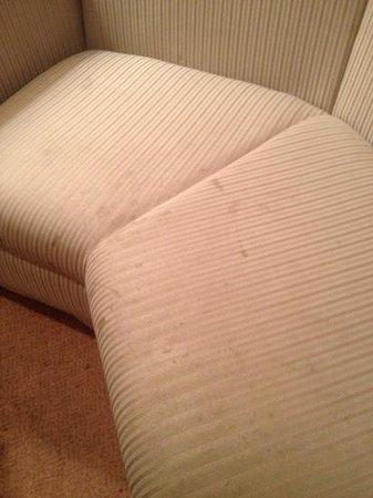 International Hotel Nagoya : dirty couch
