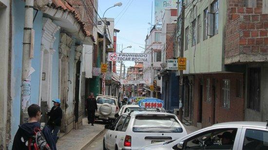 Qelqatani Hotel: rue à l'angle
