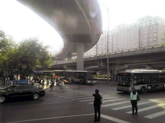 Улица возде отеля Media Center Hotel, Beijing