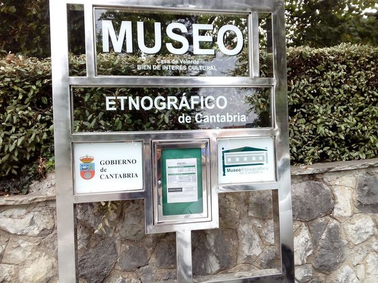 Museo Etnográfico de Cantabria: Entrada en la calle