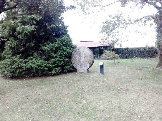 Museo Etnográfico de Cantabria: Estela de Barros. Simbolo de Cantabria.