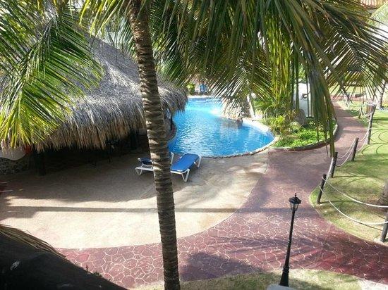Isla Caribe Beach Hotel: Piscina y Caney de Servicios