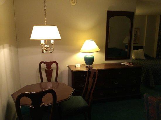 Murray Hill East Suites: Обеденный стол