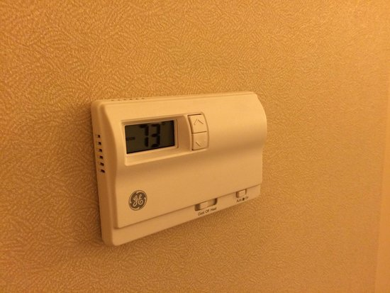Fairfield Inn & Suites Cordele: Wall thermostat temperature control instead of on the unit itself. Better temp control for sure.