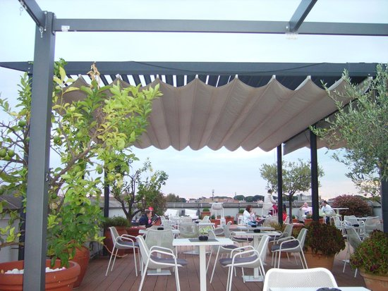 Bar avec piscine au 8 me tage photo de mercure rome for Piscine 8eme