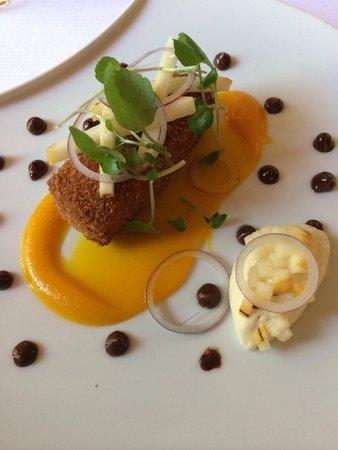 Le Pouilly : Cromesquis de jarret de cochon, compote de poire au safran, et boudin noir - oignons