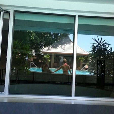 August Suites: 泳池