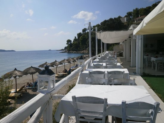 Vassilias Beach Apartments: The hotel's beach restaurant