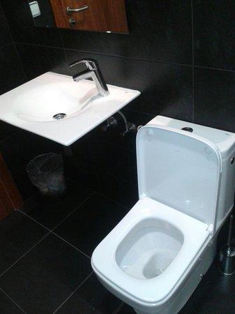 Pension Peiro: Il bagno moderno e sempre pulito