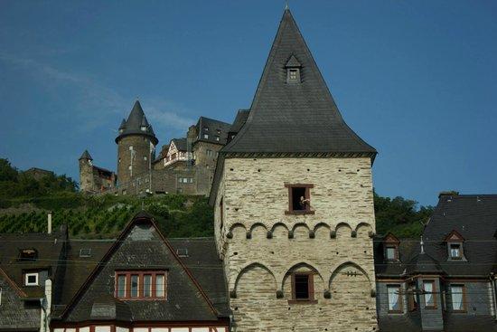 Hotel Kranenturm: Hotel in foreground, castle in background