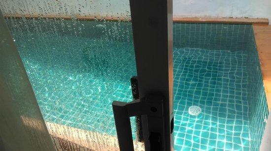 Ben's House: สระว่ายน้ำอยู่ที่ระเบียงเลย
