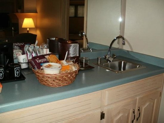 The Ashbrooke: wet bar with small fridge and microwave