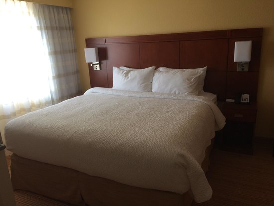 Courtyard Raleigh-Durham Airport/Morrisville: Suite bed
