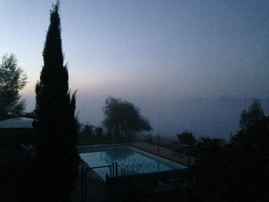 Les Collines du Périgord : vue de la piscine avec la brume du matin