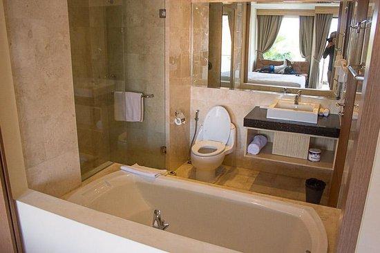 Salle de bain semi ouverte sur la suite picture of m for Salle de bain ouverte