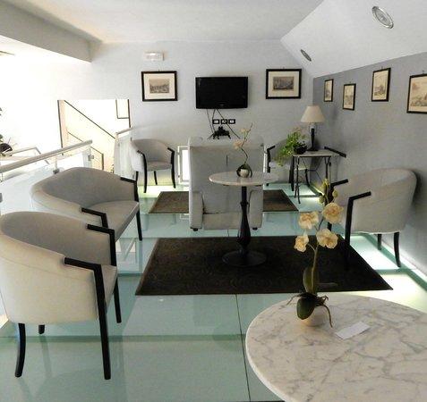 Hotel La Torre: 1st floor Lounge with glass floor!