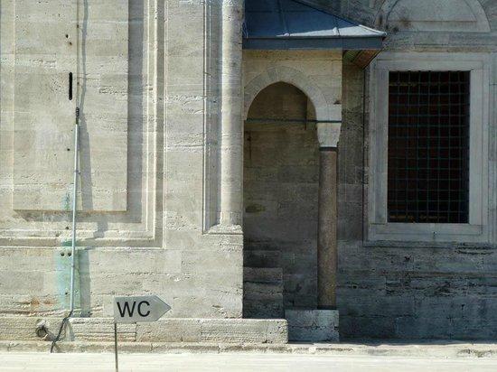 Süleymaniye-Moschee mit WC-Hinweis...