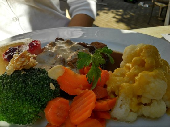 Gasthof zum Baeren: deer meat and vegetables