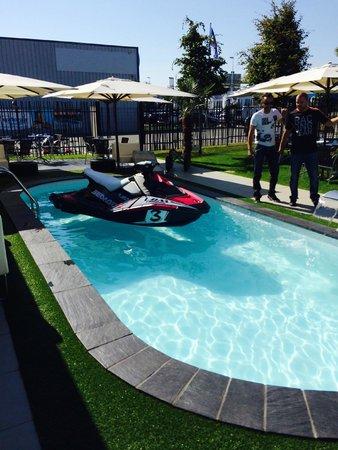 nouveau jet ski spark dans notre piscine avec ldm import saint herblain photo de le carre. Black Bedroom Furniture Sets. Home Design Ideas