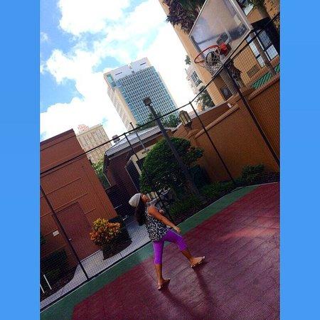 Residence Inn Tampa Downtown: Basketball hoop!