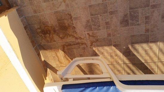 Hotel Destan: example of dirty floor on balcony where drinks have been spilt