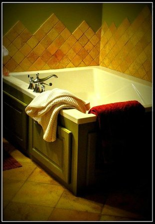 Adamstown Inns & Cottages: Tub with Bubbling Jets.