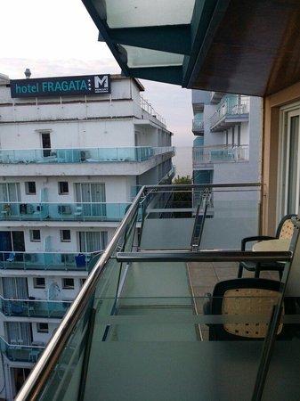Hotel Kaktus Playa: Боковой Вид на море с балкона отеля. 5 этаж. Всего в отеле 6 этажей.