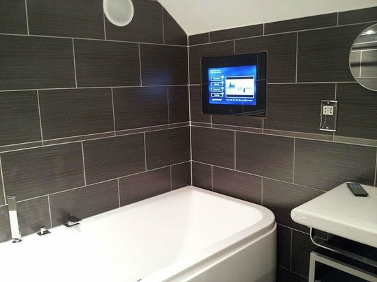 The Clarence Hotel : Aquavision in the bathroom