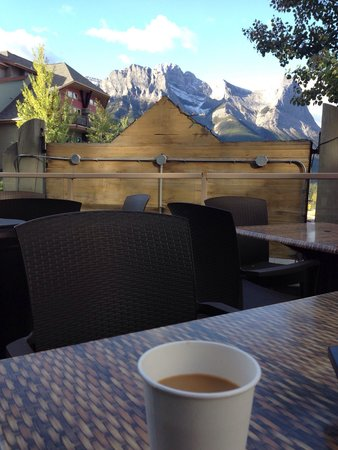 Windtower Lodge & Suites: We had such amazing time!always love to go for breakfast outside and sip a coffee with these won