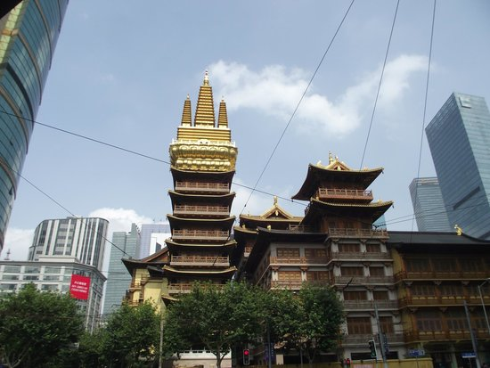 Ladoll Service Apartments: Jingan Temple at the end of the street...