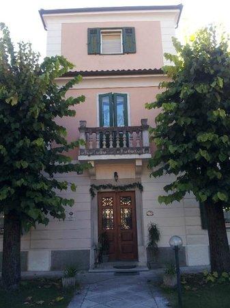 Villa Albori: Ingresso della villa su Via Nazionale