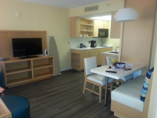 Sonesta ES Suites Orlando - International Drive: Lounge and Kitchen