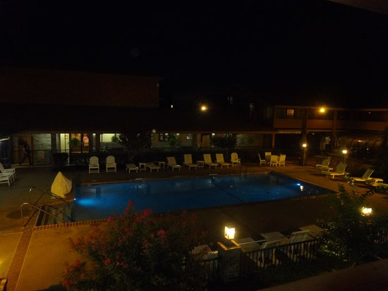 Best Western Plus Saddleback Inn & Conference Center : the pool at night