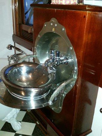 Santos Express: Ausklappbares Waschbecken im Bad