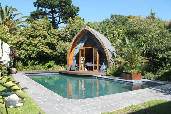 CUBE Guest House: Poolhaus