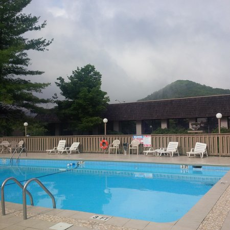 Best Western Mountain Lodge at Banner Elk : Quiet morning by the pool