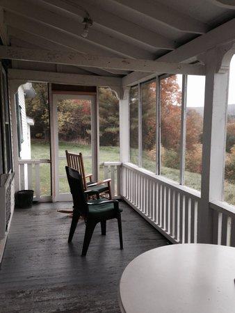 Three Stallion Inn: Screen porch.