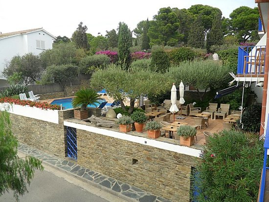 Hotel Blaumar Cadaques: View to the pool from our terrace