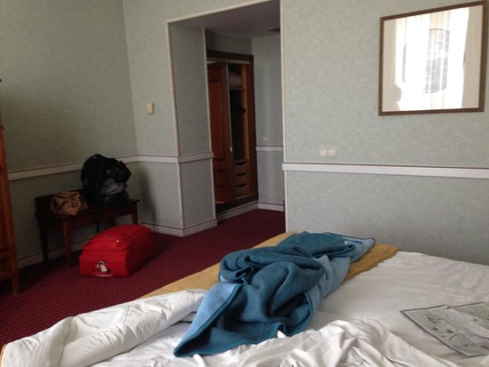 Intur Palacio San Martin : More of the Room