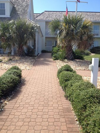 The Villas of Hatteras Landing: Walkway to office and rooms
