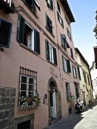 Alla Corte Degli Angeli: view of hotel from street