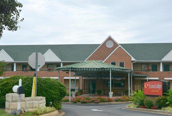 Econo Lodge & Suites Lake Norman : Inviting Entrance