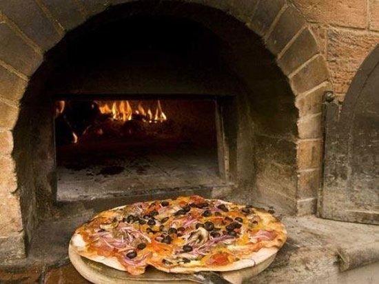 Restaurante  y Pizzeria Bocelli: Pizza a la leña