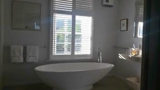 Red Feather Inn: library suite bath