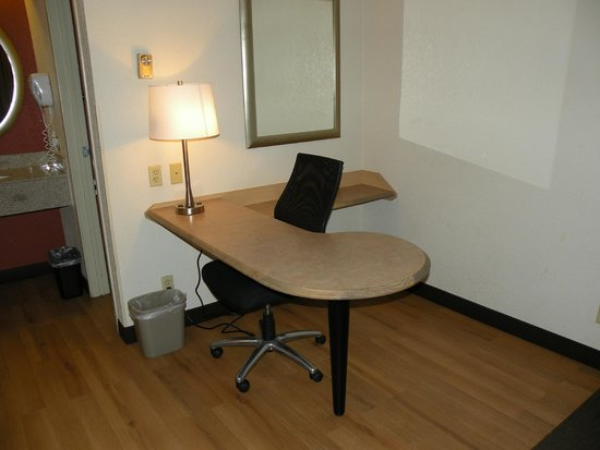 Red Roof Inn Utica : Desk/Business Area