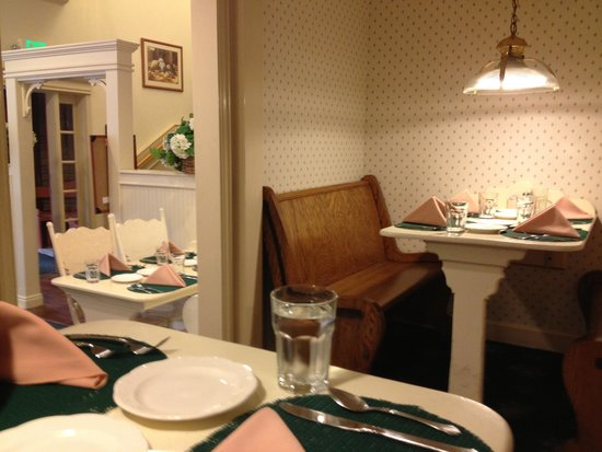 Grandma's Feather Bed Restaurant: Booth seating.