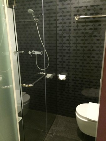 Venue Hotel: Small, but modern and clean bathroom