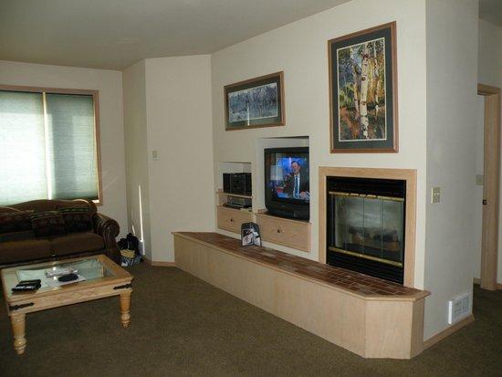 Meadow Lake Resort: TV & Fireplace in Living Room
