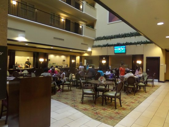 Embassy Suites by Hilton Tampa Brandon: Buffet Breakfast Area