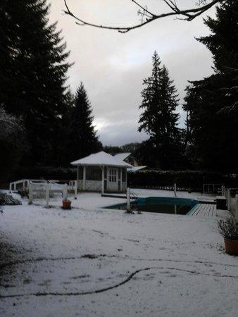 Las Acacias : A pesar de la nieve, la zona de la pileta y sus alrededores se ven bien cuidados!